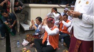 Download Video Jelang Sidang, Ketut Ismaya Melakukan Sembahyang di PN Denpasar MP3 3GP MP4