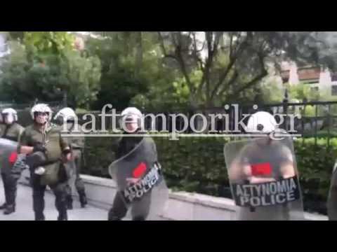Εργαζόμενοι στους τηλεοπτικούς σταθμούς σήκωσαν πανό στην περίφραξη του Μαξίμου