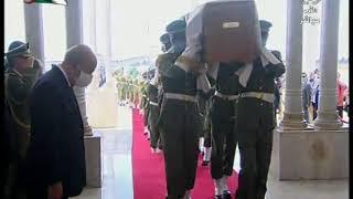 رئيس الجمهورية السيد عبد المجيد تبون يقف وقفة تقدير وإحترام أمام رفات شهداء المقاومة الشعبية