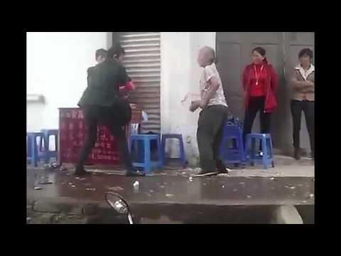 我要打十個 !! 兩個婆婆街頭打架,招式像打蚊子~~~