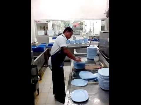 開外掛的洗碗工人,10秒洗50個盤!