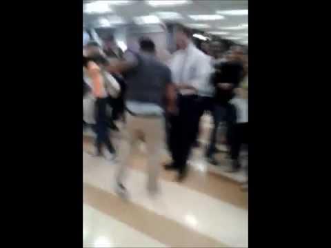 外國高中生跳舞跳到超嗨時當面挑釁老師尬舞,沒想到卻意外揭發老師隱藏的舞技!