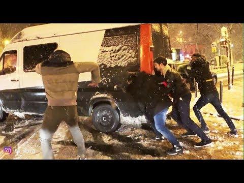 Paris enneigé, les voitures bloquées