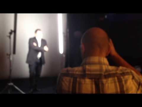 RTL : Non Yves Calvi, on ne se marre pas pour un shooting de Une de TV Mag