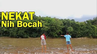 Video Siapa Sangka Dua Bocah Ingusan ini, Nekat Mancing Liar di Sungai Dalam MP3, 3GP, MP4, WEBM, AVI, FLV Januari 2019