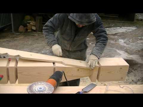 Работа по дереву. резной столб. опытный плотник. строительство из дерева.