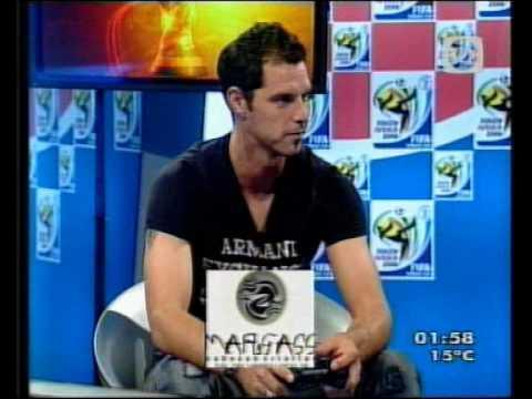 Adrián Romero juegando al Play Station.
