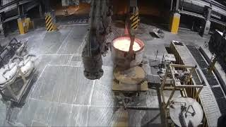 Wylanie płynnego metalu na podłogę