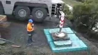 Acidente de trabalho com guindaste na beira de um rio