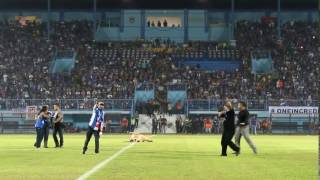 Video Yuli Sumpil Pimpin Seluruh Aremania di Stadion Kanjuruhan MP3, 3GP, MP4, WEBM, AVI, FLV April 2018