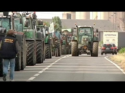 contadini francesi bloccano le autostrade per i prezzi bassi del latte!