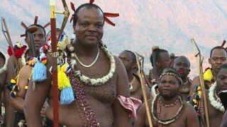 Des milliers de jeunes femmes ont dansé pour le roi du Swaziland Mswati II durant la fête annuelle de la danse des roseaux, où des femmes parfois à peine ...