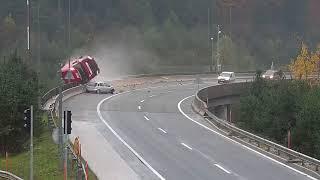 Samochód osobowy spycha cysternę z 20-metrowego wiaduktu.