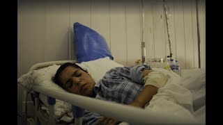MAIS EM: http://veja.abril.com.br/tveja/Na cidade de Mossul, a jovem iraquiana Ansar, de 22 anos, foi atingida por um bombardeio, quando voltava para casa com a família. No ataque, ela viu a mãe e a irmã morrerem na sua frente. A sobrevivente conta sua história.