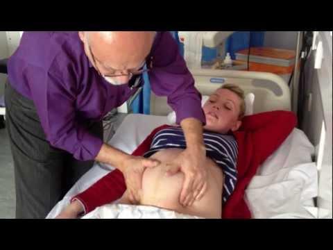 Doktor uciskał źle ułożony płód w łonie mamy! Teraz zobacz jak zaczął się ruszać jej brzuch.. Cudowne!