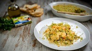 Corte o peixe em pedaços enquanto estiver meio congelado e tempere com pimenta moída na altura e sumo de meio limão.