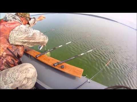рыбалка с лодки на удочку на стоячей воде видео