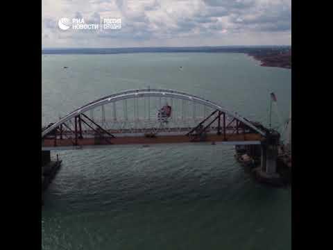 Впятницу первое судно прошло под обеими арками Крымского моста