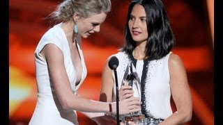 Taylor Swift and Olivia Munn Fight Over Award at People's Choice Awards 2013!