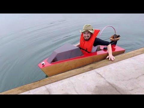 Малютка катерок скользит по водной глади