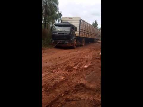 Carreta atolada na estrada de Nova Iguaçu de goiás