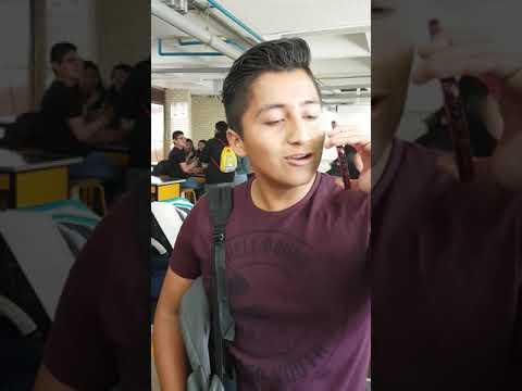 Empezó a cantar en su clase y quedaron todos sorprendidos con su voz.