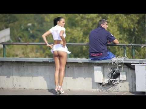 這位超短裙女子遇到強風來襲,毫無保留的露出『光溜溜的屁股蛋』,網友看完都想忍不住想試吃一口了!