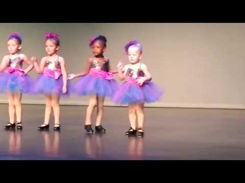 超爆笑!百老匯舞蹈表演,四歲小女孩打亂整場節拍!