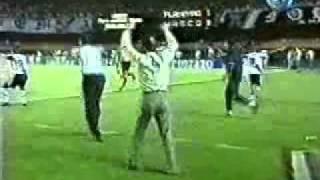 Semi-finais do Campeonato Brasileiro de 1997, o qual o Vasco sagrou-se tri campeão brasileiro. Neste jogo, Edmundo acabou...