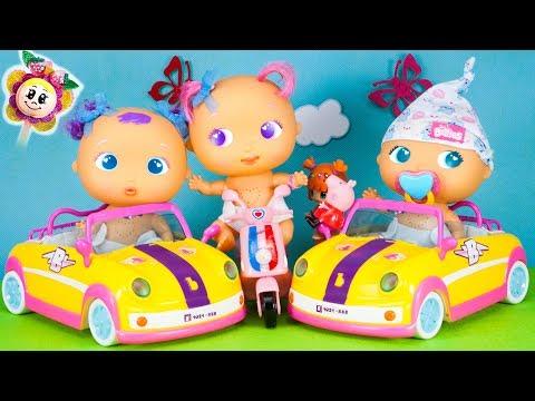 PEPPA PIG et Fraise offrent des voitures aux bébés mais ces poupons conduisent comme des fous !