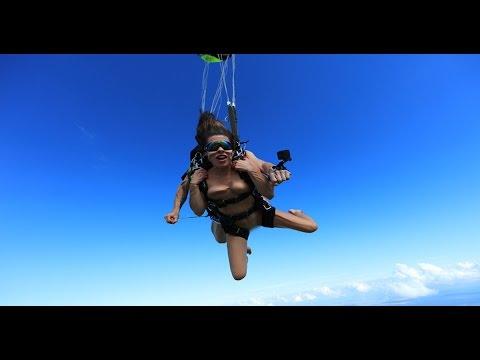 Порнозвезда прыгнула голой с парашютом.Видео