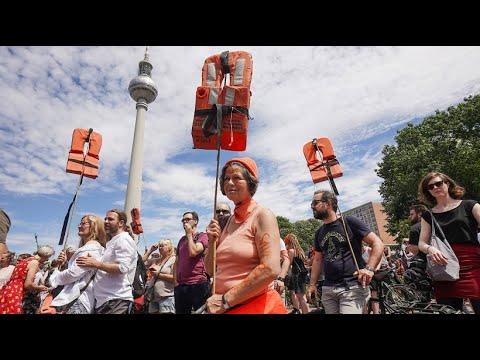 Demonstranten in ganz Deutschland gehen für Seenotret ...