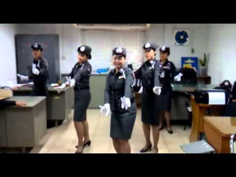 Dance Coréenne drôle - femmes de la Police en Thaïlande