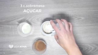 O bolo de caneca de chocolate é a receita ideal para desfrutar de um lanche saudável. Esta receita de bolo de caneca de chocolate pode ser preparada muito rapidamente, permitindo comer um doce, dentro de uma alimentação saudável. Experimente e delicie-se! - Ingredientes -* 1 ovo* 1 c. sobremesa de óleo* 2 c. sopa de farinha de trigo* 1 c. chá de fermento* 3 c. sobremesa de açúcar* 4 c. sopa de leite magro* 3 c. de sopa de cacau em pó- Modo de Preparação -1. Juntar todos os ingredientes numa caneca2. Misturar tudo muito bem3. Levar ao microondas durante 3 minutos em potência máxima4. DisfrutarVeja aqui mais receitas de bolo de caneca de chocolate: http://bit.ly/2pddh9QProdução de vídeo: Marta Mota (https://www.behance.net/MartaMota)