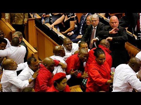 Ν. Αφρική: Πιάστηκαν στα χέρια σε ομιλία του προέδρου στη βουλή-Βίντεο