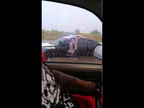 Un poliziotto incastrato nel finestrino della macchina