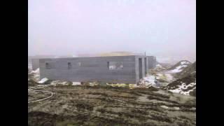 Med denne bygge teknik kan man helt slippe for el og varme regningen. Huset i denne video har 6 kw el solfangere, og en 6 kw...