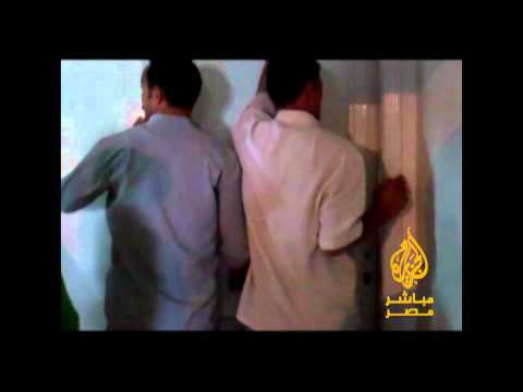 """بالفيديو..الشرطة تقتحم مكتب الجزيرة """"مباشر مصر"""" وتعتدي على صحفية وتحتجز آخر"""