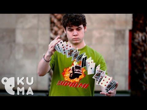 這名少年自稱可以讓撲克牌停在空中時大家都不理他,結果下一刻他們就以為自己看到幻覺了!