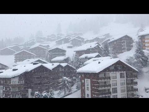 العرب اليوم - شاهد: آلاف السائحين يغادرون محطة للتزلج كانوا عالقين فيها