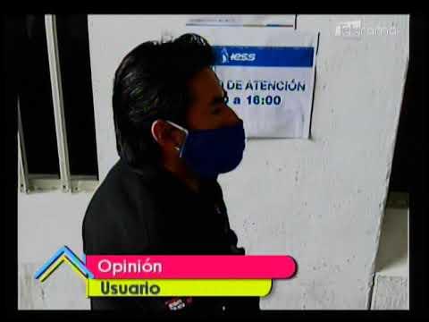 Aglomeración de personas en las oficinas de la Dirección del IESS en Cuenca
