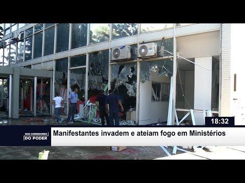Manifestantes invadem e ateiam fogo em Ministérios