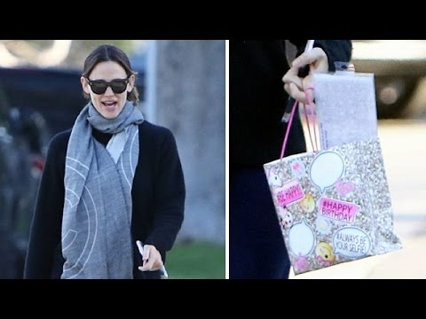 Jennifer Garner Bundled Up While Birthday Shopping For Daughter Violet