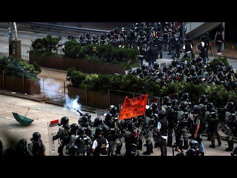 Χογνκ Κονγκ: Οι αστυνομικοί χρησιμοποιούν σπρέι πιπεριού για να διαλύσουν διαδηλωτές…
