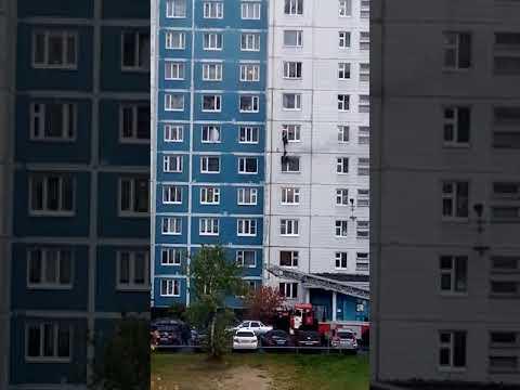 В Нижневартовске новый герой. Мужчина на руках поднял девушку из горящей квартиры на этаж выше