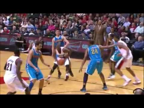 LaMarcus Aldridge throws it down on the Hornets