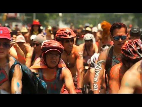 العرب اليوم - شاهد: دراجون عراة وآخرون مطليون في شوارع مكسيكو