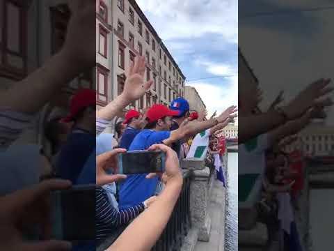 العرب اليوم - شاهد: ترديد النشيد الوطني المغربي فوق جسور سان بترسبورغ