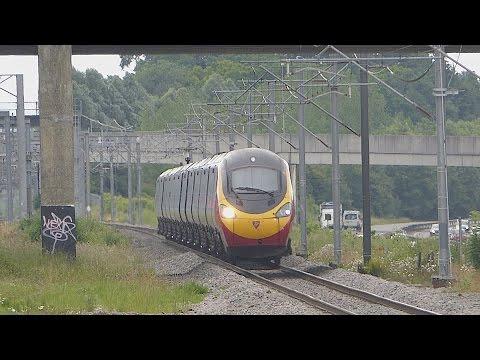 Virgin Trains 'Pendolino' passes Milton Keynes Central (4/7/16)