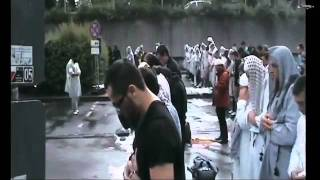 Muslims praying salah in the Rain - Allahu Akbar! Amazing video!
